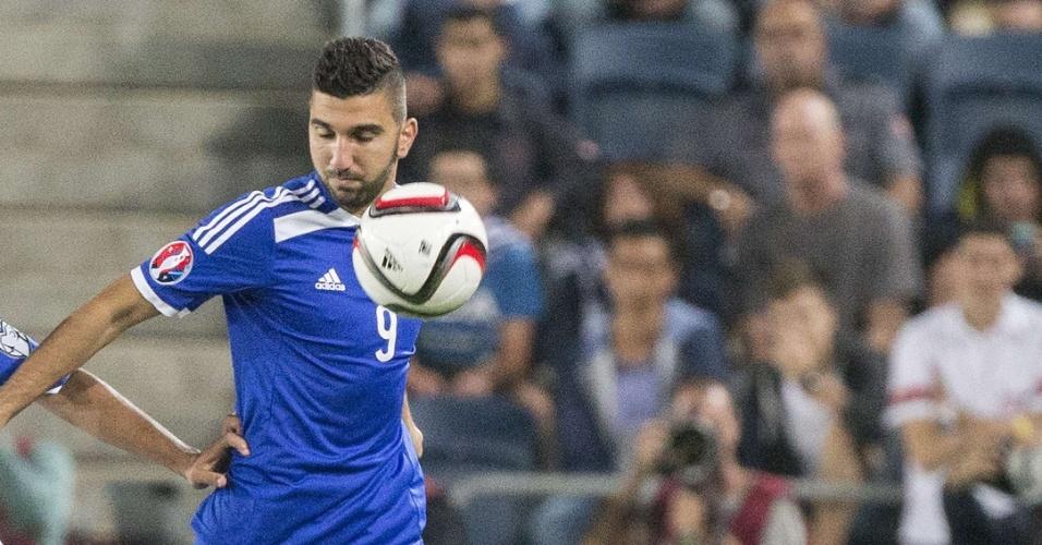 Israelense Moanes Dabour (azul) disputa bola com Constantinos Laifis, do Chipre