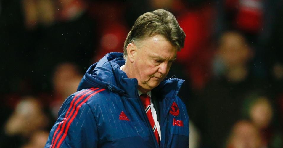 23.jan.2016 - Cabisbaixo, Louis van Gaal deixa o gramado do Old Trafford após mais um fiasco do Manchester United. Time do treinador holandês perdeu por 1 a 0 para o Southampton em casa