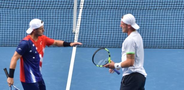 Hewitt (vermelho) e Groth (branco) sobrevivem na chave de duplas no Aberto da Austrália