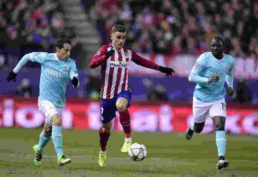 Griezmann, estrela do Atlético de Madri, conduz bola entre dois adversários - JAVIER SORIANO AFP