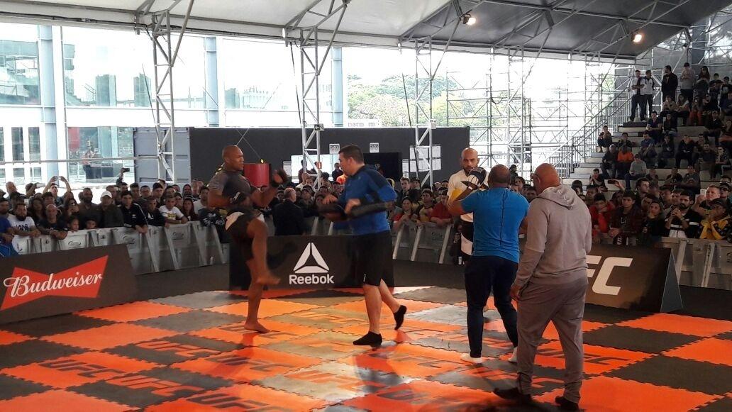 Ronaldo Jacaré e Warlley Alves trabalham durante o treino aberto do UFC 198