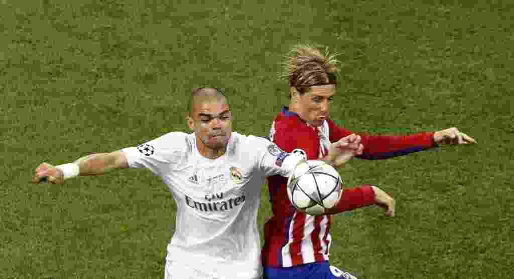 Pepe, zagueiro do Real Madrid, disputa bola com Fernando Torres, do Atlético de Madri, na final da Liga dos Campeões da Europa - REUTERS/Tony Gentile
