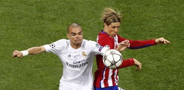 Pepe e Fernando Torres, em lance de Real e Atlético de Madrid na decisão da Liga dos Campões - REUTERS/Tony Gentile