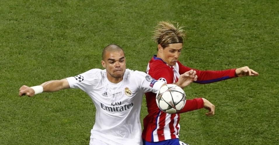 Pepe, zagueiro do Real Madrid, disputa bola com Fernando Torres, do Atlético de Madri, na final da Liga dos Campeões da Europa
