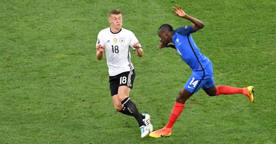 Toni Kross e Blaise Matuidi disputam bola na partida entre França e Alemanha pelas semifinais da Euro 2016