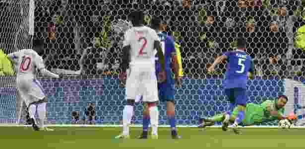 Buffon defendeu pênalti de Lacazette no primeiro tempo - Philippe Desmazes/AFP