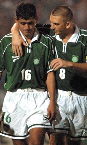 Galeano consola Arce após pênalti perdido na semifinal contra o Boca Juniors, pela Libertadores de 2001