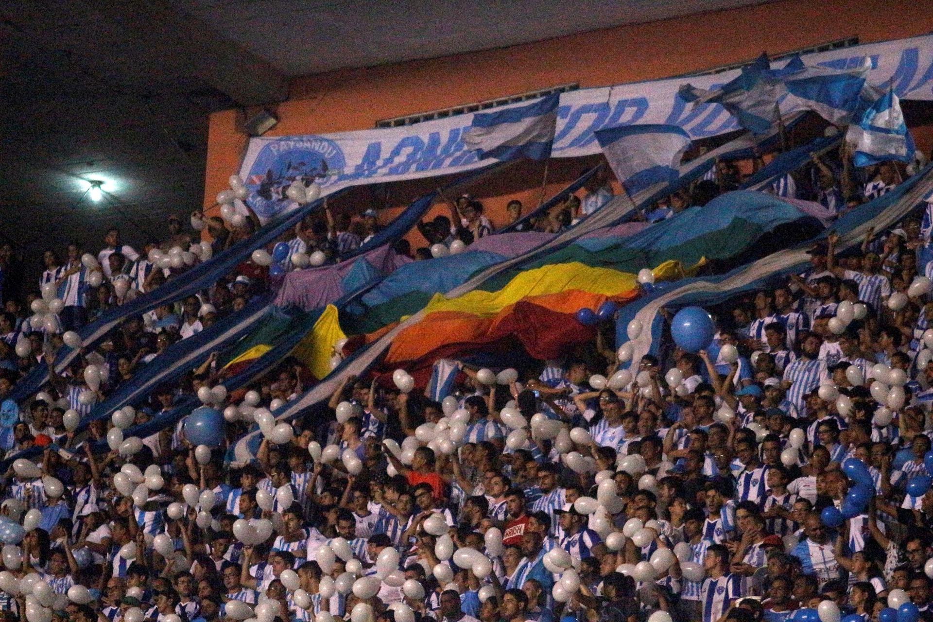 4ba8c508f2f50 Parada gay premia torcida que levou bandeira LGBT a estádio - 17 06 2017 -  UOL Esporte