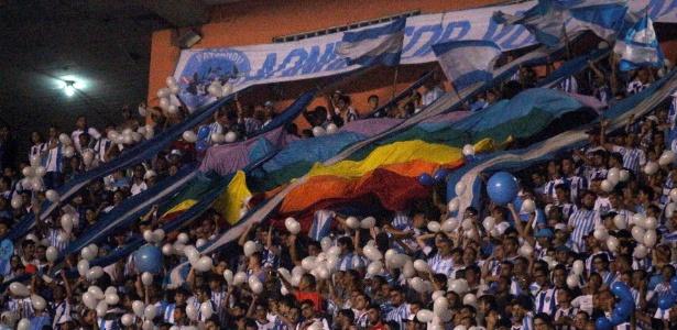 Torcida do Paysandu abre bandeira do orgulho LGBT em jogo da Copa do Brasil