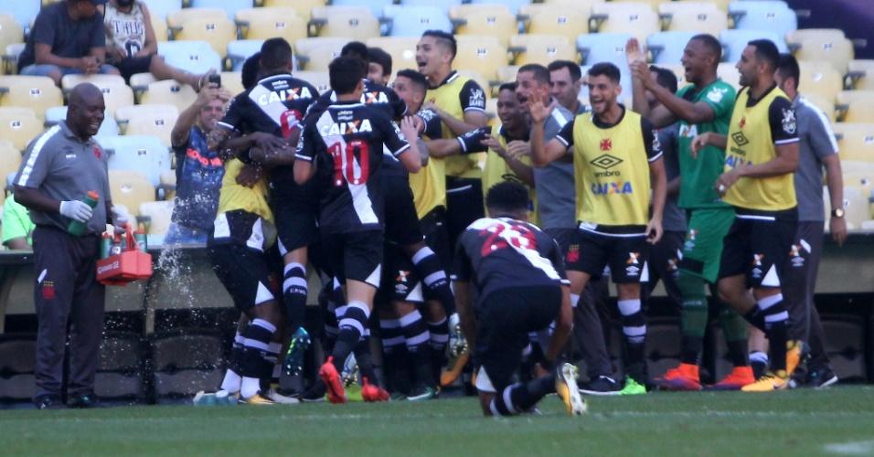 Jogadores do Vasco comemoram gol contra o Fluminense