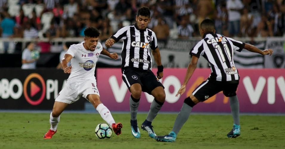 Douglas disputa jogada no clássico entre Botafogo e Fluminense