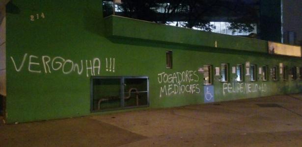 """Vergonha, jogadores medíocres e pedidos por Felipe Melo """"ilustram"""" muro do Allianz Parque"""