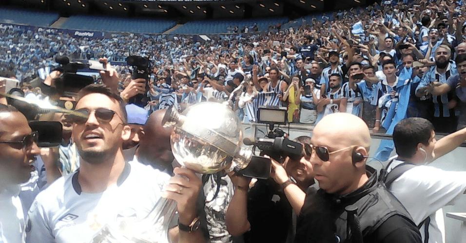 Grêmio chega à Arena com a taça da Libertadores