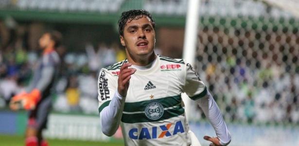 Alisson Farias comemora gol: recomeço no Coritiba