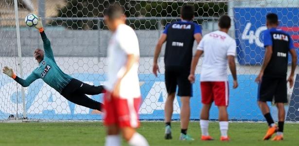 Kieza está de volta, mas ainda não sabe se retomará vaga no time titular do Botafogo