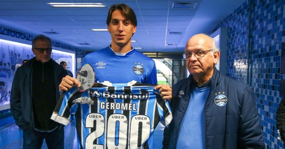 Geromel recebe camisa em homenagem aos 200 jogos pelo Grêmio