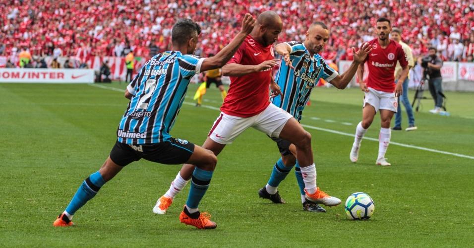 Patrick, do Internacional, disputa lance com Leo Moura, do Grêmio, durante partida no estadio Beira-Rio pelo Campeonato Brasileiro