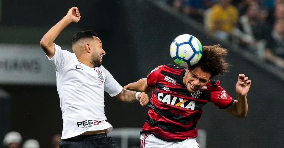 Clayson, do Corinthians, disputa a bola com Willian Arão, do Flamengo