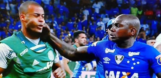 Sassá acerta soco em Mayke ao fim de jogo entre Cruzeiro e Palmeiras