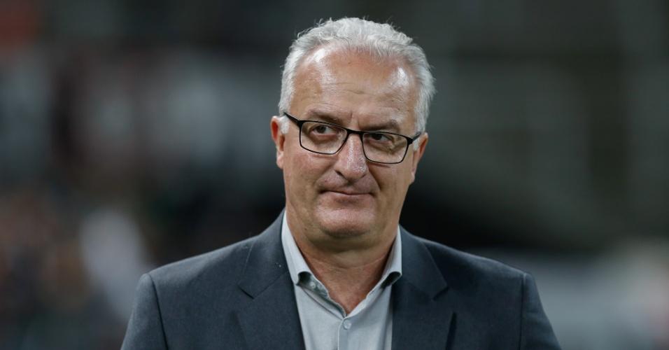 Dorival Júnior, técnico do Flamengo, acompanha partida contra o Corinthians