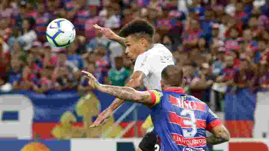 Volante Junior Urso disputa bola com Quintero durante partida entre Fortaleza e Corinthians no primeiro turno - Pedro Chaves/AGIF