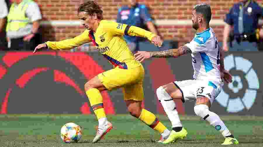 Griezmann protege a bola de Hysaj na partida entre Barcelona e Napoli - Gregory Shamus/International Champions Cup/Getty Images