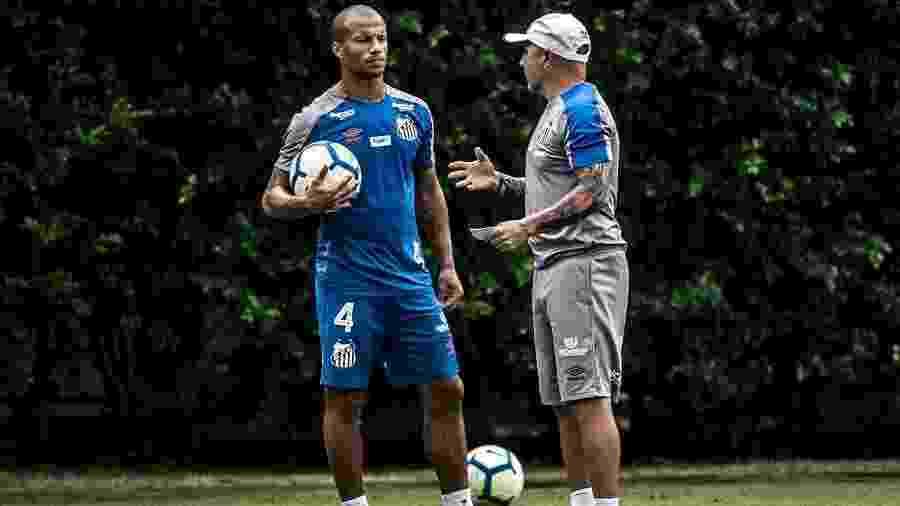 Sánchez conversa com Sampaoli durante treino do Santos - Ivan Storti/Santos FC