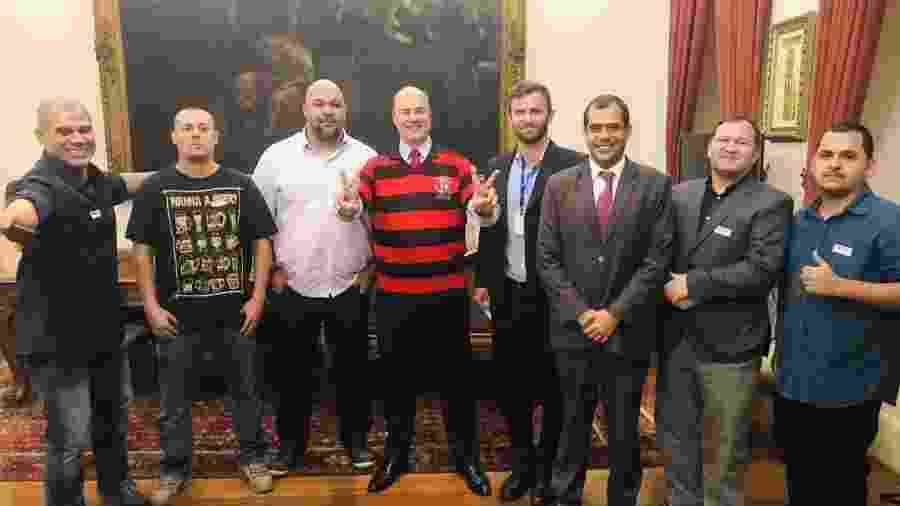 Governador do Rio recebeu integrantes da Jovem Fla, cujo presidente (segundo à dir.) responde a processo - Divulgação