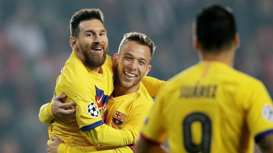 Lionel Messi abraça Arthur após marcar pelo Barcelona contra o Slavia Praga - David W Cerny/Reuters