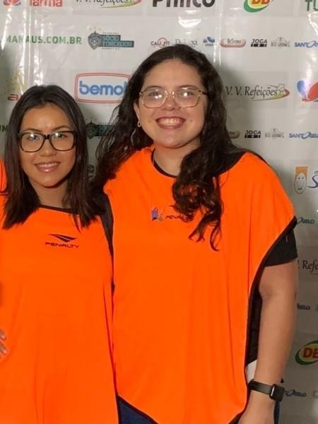 Larissa (de óculos, à direita) ao lado de outras jornalistas  - Reprodução / Twitter