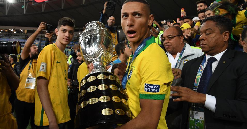 Richarlison com o troféu da Copa América de 2019, vencida no Maracanã diante do Peru