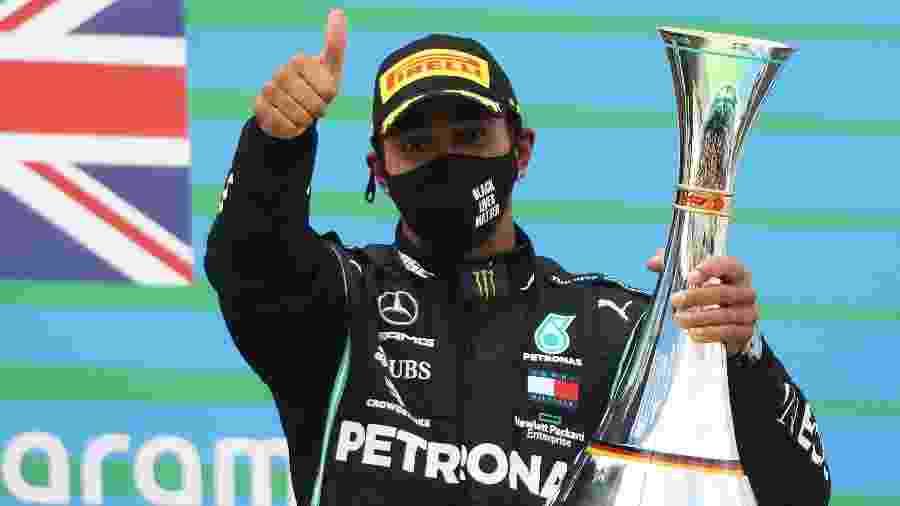 Lewis Hamilton com o troféu de vencedor do GP de Eifel - Pool/Getty Images