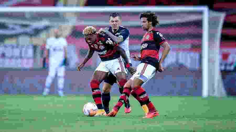 Willian Arão e Vitinho em ação pelo Flamengo contra o Junior Barranquilla, pela Libertadores, no Maracanã - Duda Bairros/Conmebol