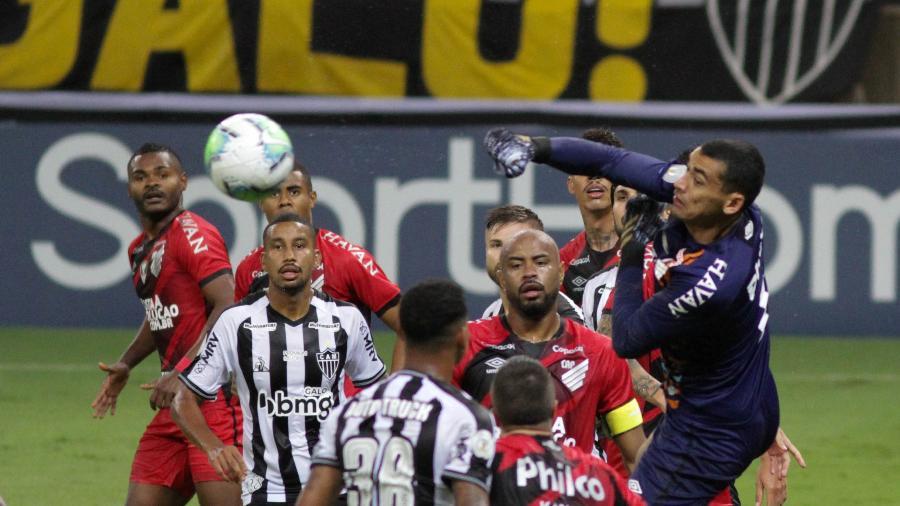 Goleiro Santos subiu para socar a bola durante Atlético-MG x Athletico no Brasileirão do ano passado - Fernando Moreno/AGIF