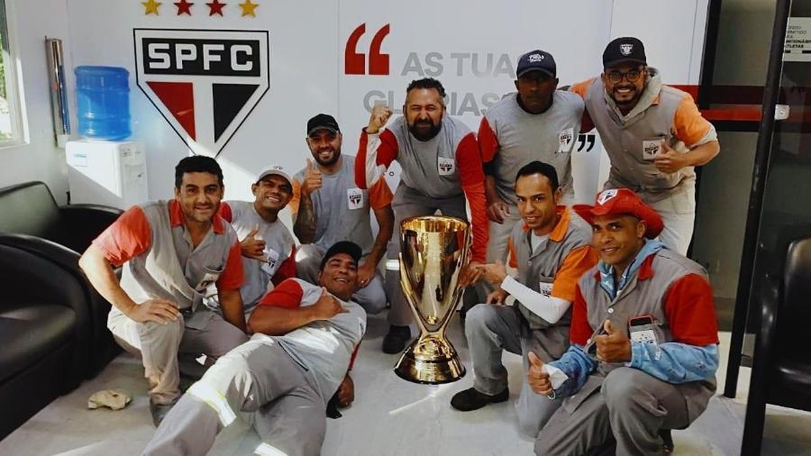 Funcionários do São Paulo posam com troféu do Paulistão 2021 - Divulgação/São Paulo