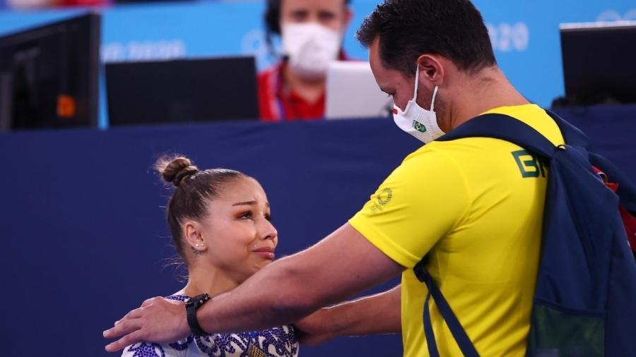 Flávia Saraiva chora e é consolada por treinador após machucar o tornozelo na parte final de sua apresentação no solo - Lindsey Wasson/Reuters