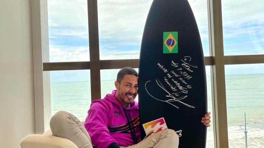 Carlinhos com o presente que ganhou de Italo Ferreira - Reprodução/Instagram