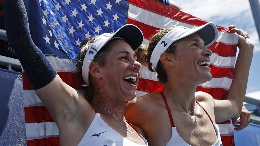 April Ross e Alix Klineman comemoram a medalha de ouro no vôlei de praia feminino nos Jogos Olímpicos de Tóquio - REUTERS/John Sibley