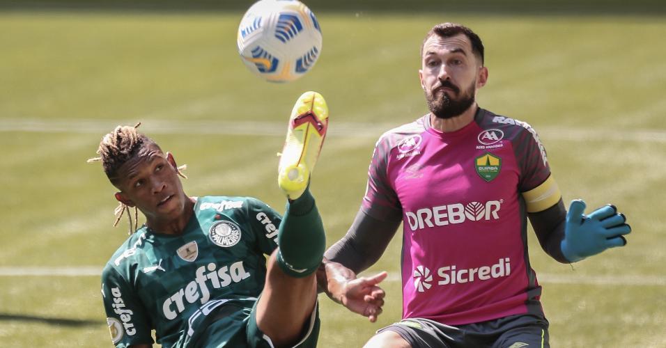 Danilo tenta cruzamento na partida entre Palmeiras x Cuiabá pelo Brasileirão