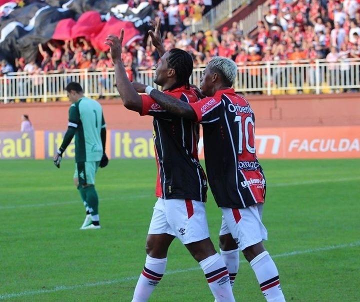 Kempes comemora gol do Joinville frente ao Goiás ao lado de Marcelinho Paraíba