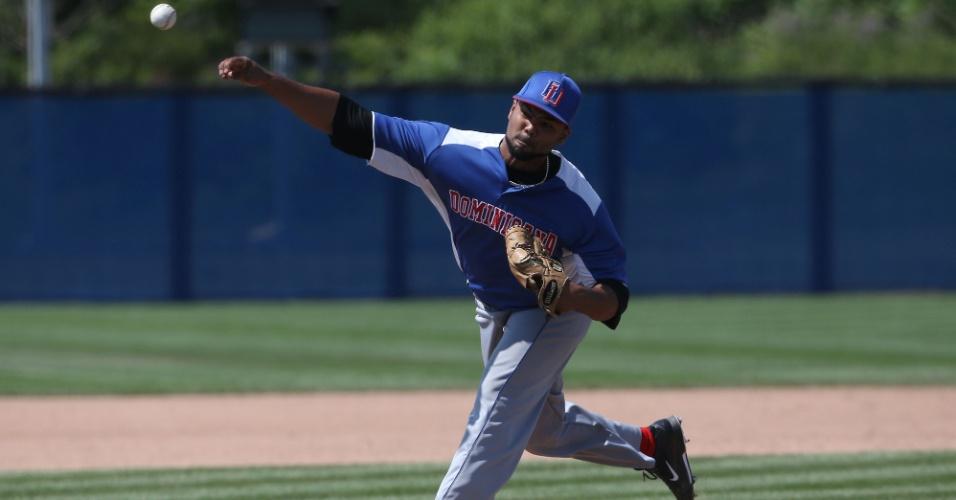 Luis Liria lança bola durante partida entre República Dominicana e Estados Unidos no beisebol. Dominicanos venceram por 6 a 4