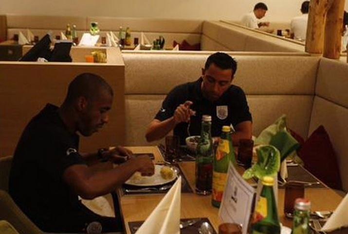 O jogador jantando com companheiro de equipe durante a pré-temporada na Aústria