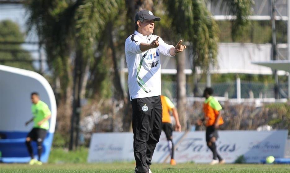 Técnico Ney Franco comanda o Coritiba em treinamento