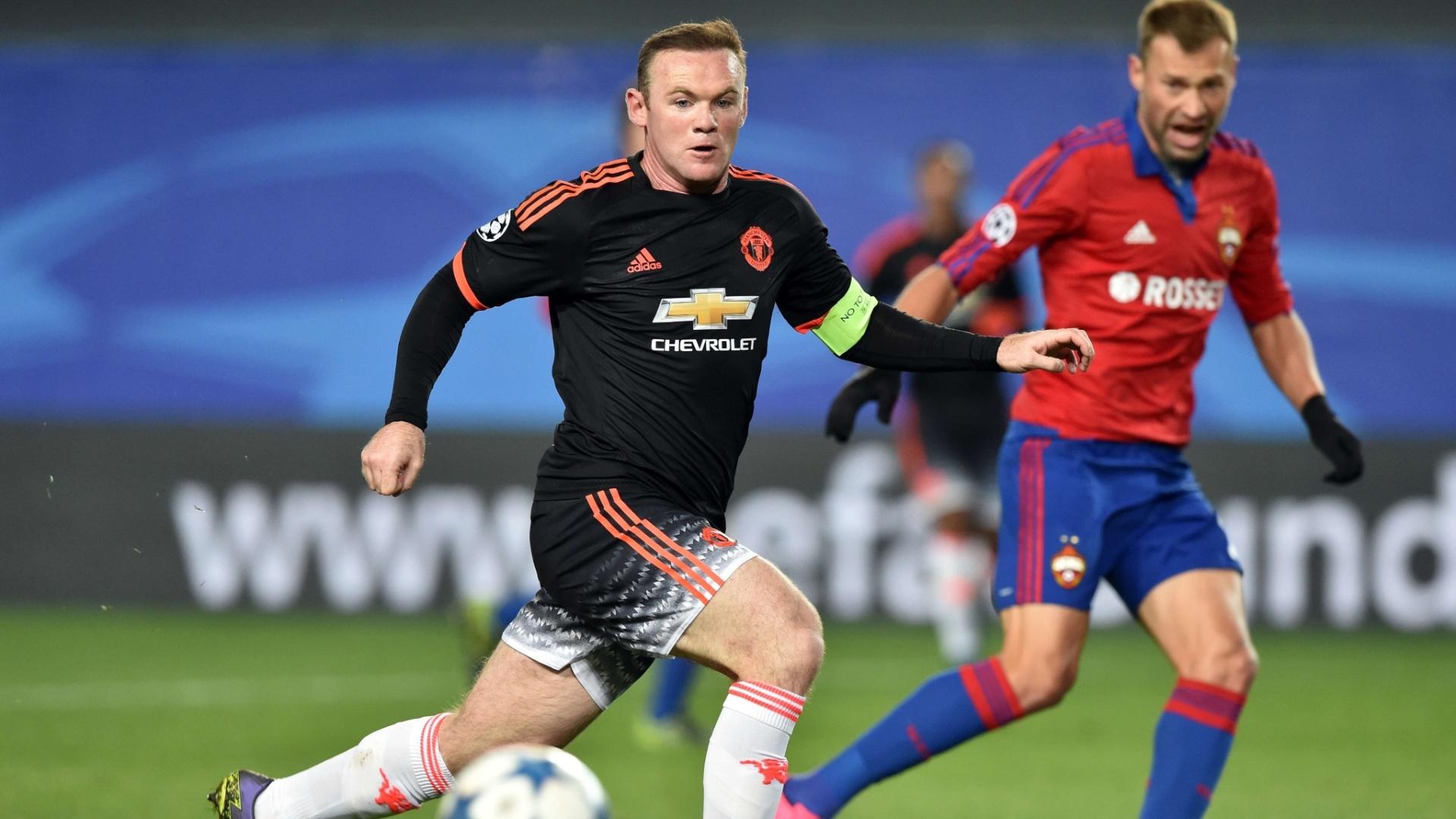 Rooney tenta superar a marcação no confronto entre Manchester United e CSKA pela Liga dos Campeões