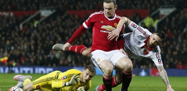 Wayne Rooney, do Manchester United, disputa lance com John Brayford, do Sheffield United, em partida pela Copa da Inglaterra