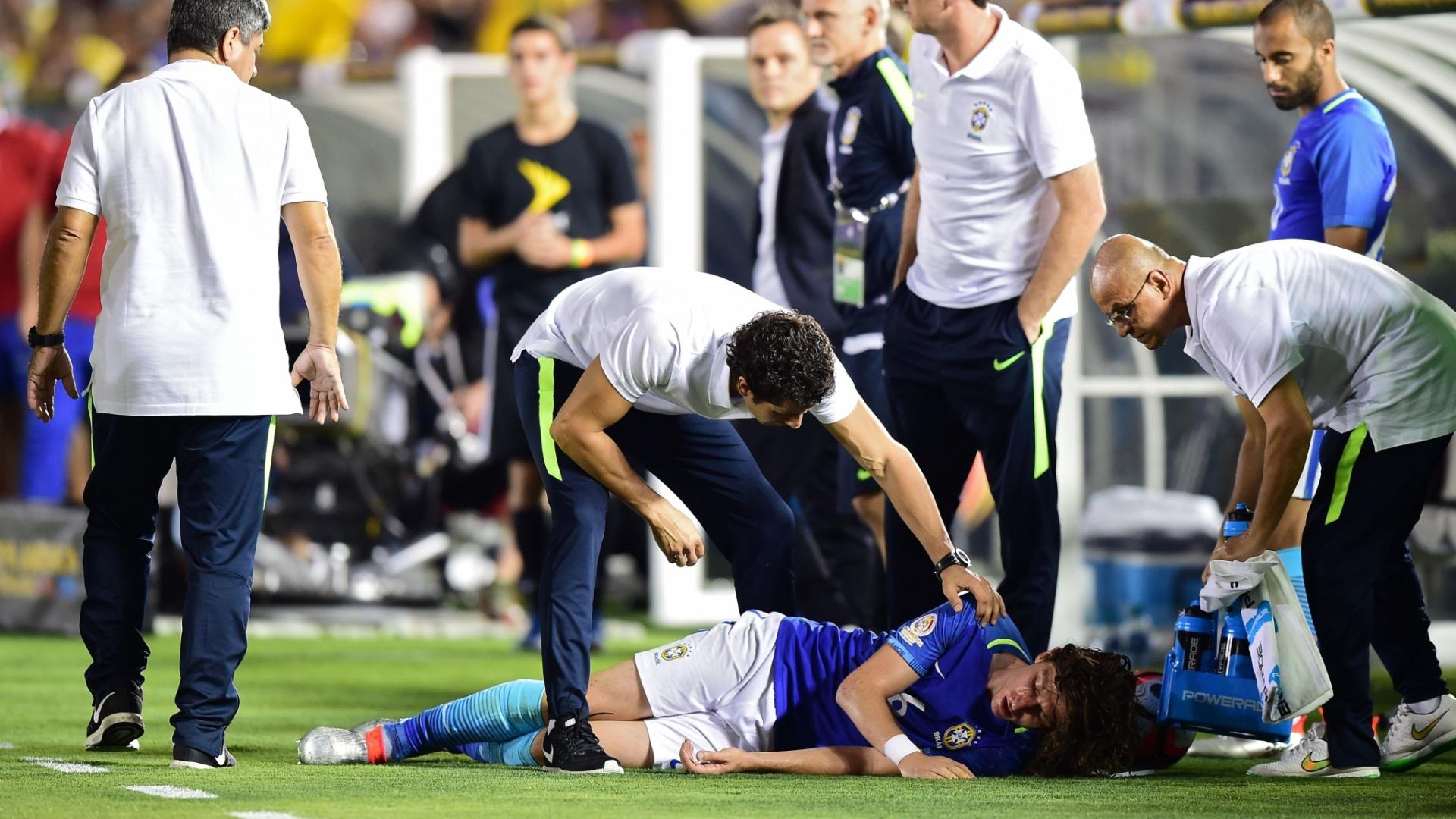 Filipe Luis recebe atendimento médico após levar pancada na cabeça no jogo do Brasil contra o Equador, pela Copa América