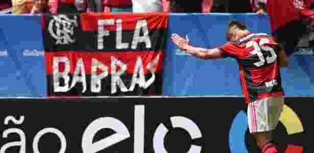 Diego comemora perto da torcida o gol na estreia vitoriosa pelo Flamengo - Gilvan de Souza/ Flamengo - Gilvan de Souza/ Flamengo