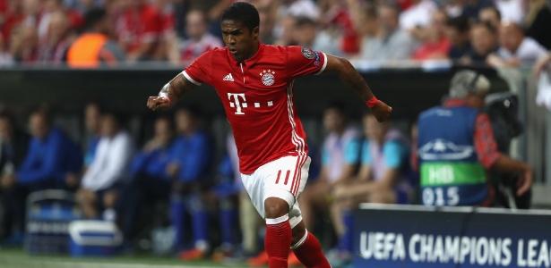 Douglas Costa conduz a bola no jogo entre Bayern de Munique e Rostov