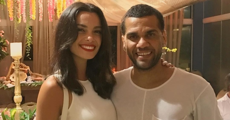 Lateral brasileiro Daniel Alves curtiu a virada de ano ao lado da namorada, Joana Sanz