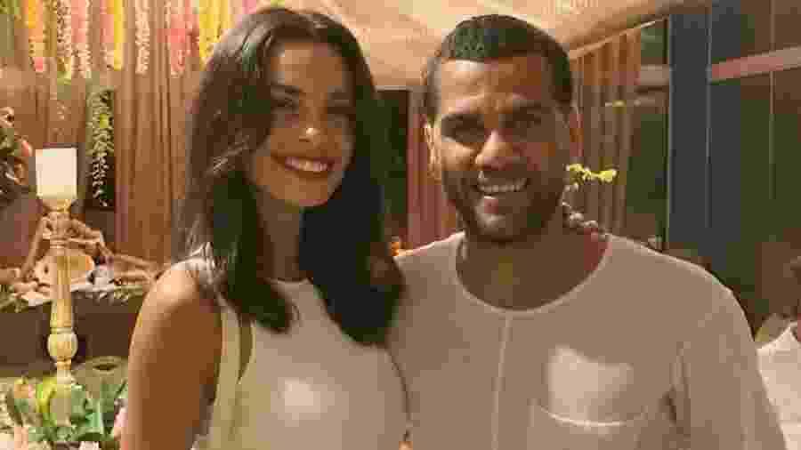 Lateral brasileiro Daniel Alves ao lado da esposa, Joana Sanz - Reprodução/Instagram